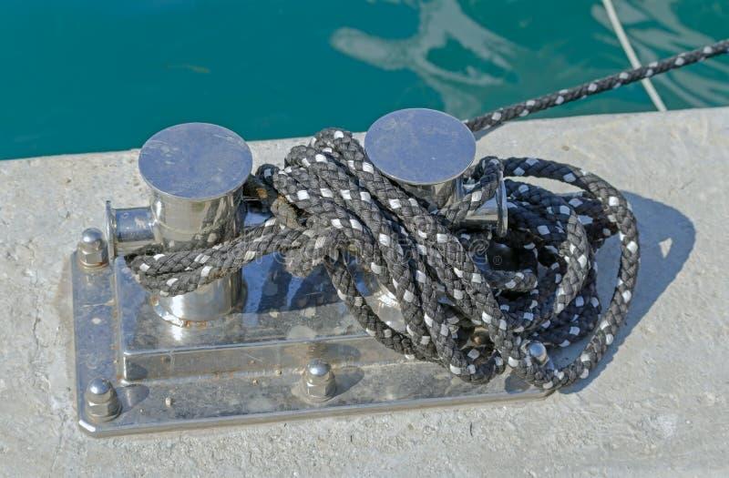 Seil und Schiffspoller lizenzfreie stockbilder