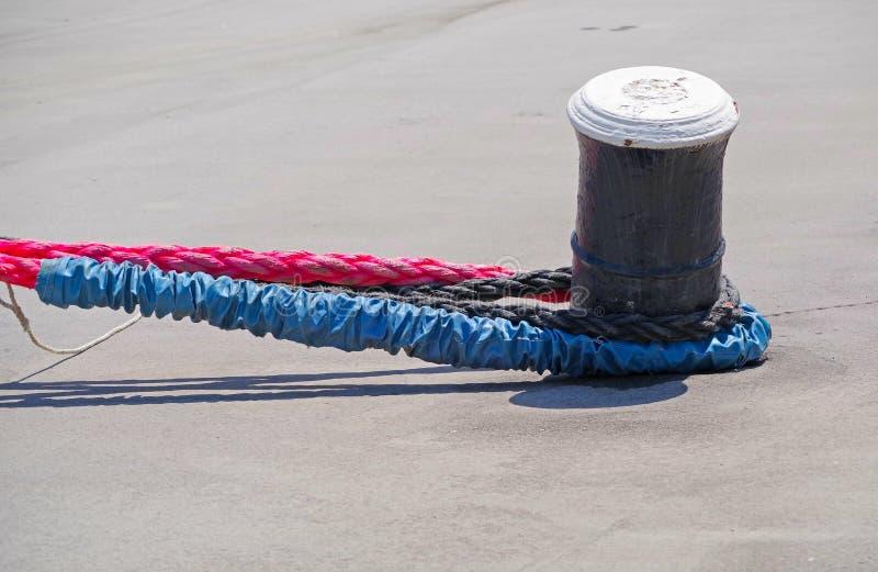 Seil und Schiffspoller stockfotos