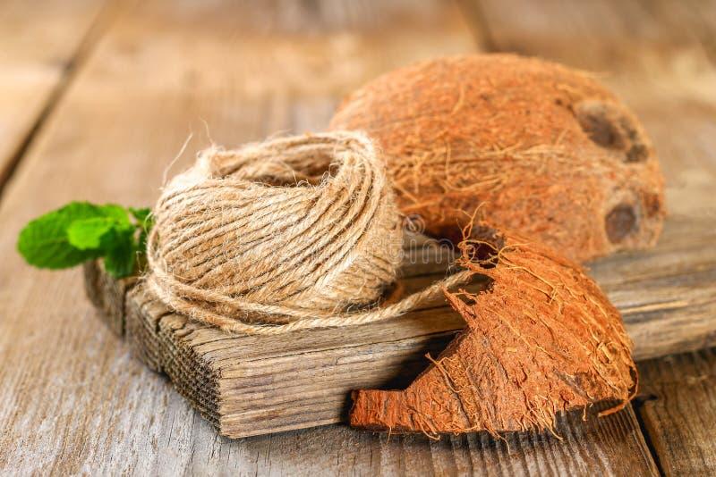 Seil von Fasercoir und -Kokosschale auf einem alten Holztisch stockfotos