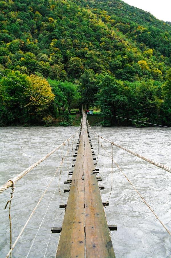 Seilbrücke durch Lupshara-Fluss, Abkhasia stockfotografie