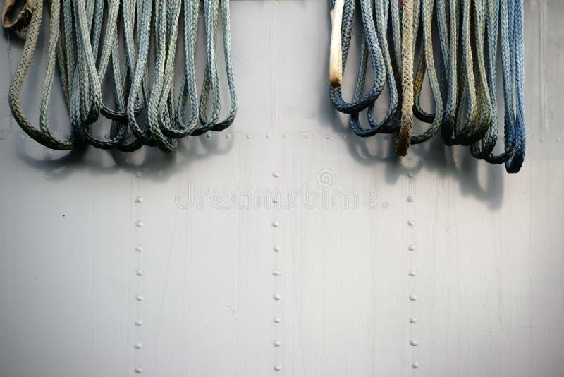 Seile auf dem Rumpf des Schiffs stockbild