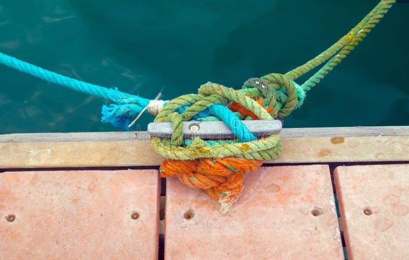 Seile auf einem Dock stockfoto