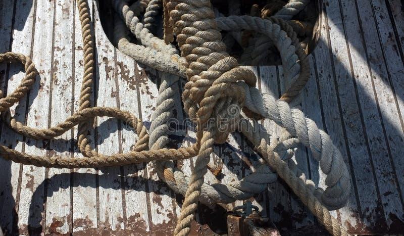 Seile auf einem ruinierten Boot stockbild