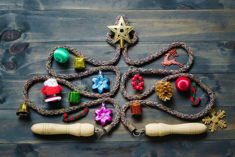 Seilspringen oder Springseil in Form von Weihnachtsbaum auf einem wh lizenzfreie stockfotografie