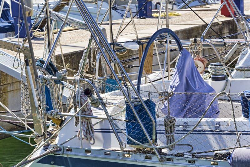 Seilwinden, Seile und Zusätze und chromiert in gut ausgerüstetem Segelboot im weißen Fiberglas stockfoto