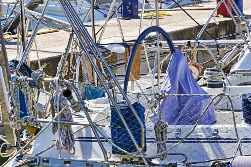 Seilwinden, Seile und Zus?tze und chromiert in gut ausger?stetem Segelboot im wei?en Fiberglas stockfotografie