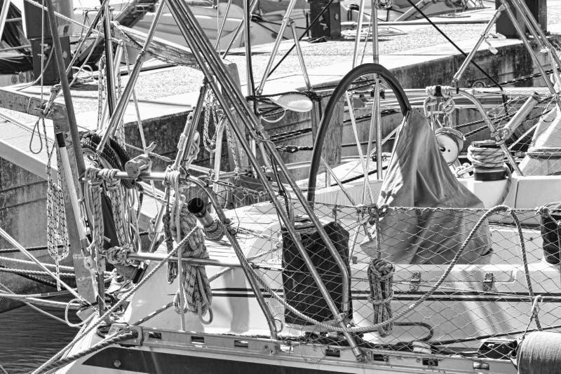 Seilwinden, Seile und Zus?tze und chromiert in gut ausger?stetem Segelboot im wei?en Fiberglas stockfoto