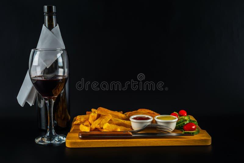 Sein de poulet rôti avec des puces, salade avec des tomates et cucumbe images stock