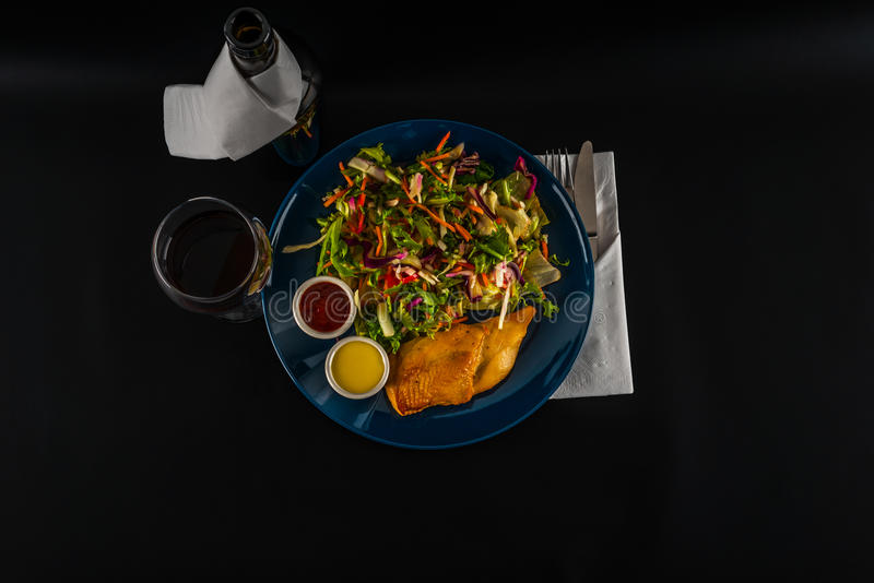 Sein de poulet rôti avec la préparation de laitue et deux sauces, plat bleu photo libre de droits