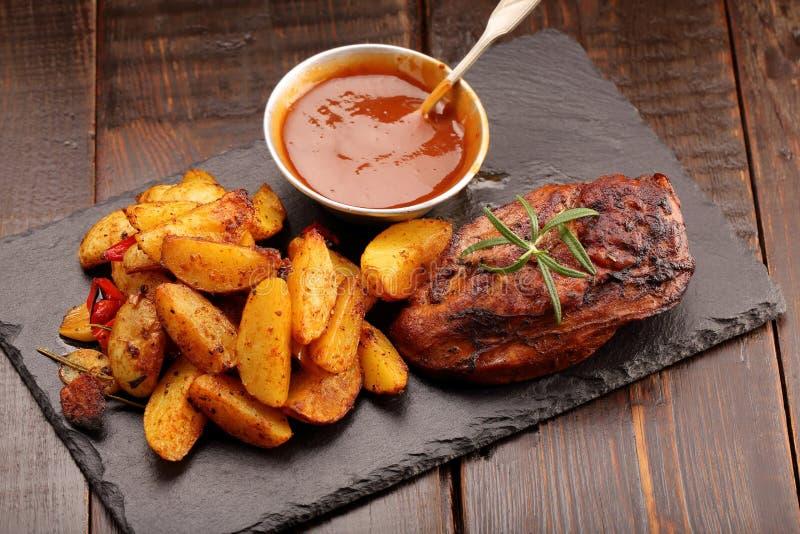 Sein de poulet rôti avec les pommes de terre et la sauce au jus cuites au four image stock