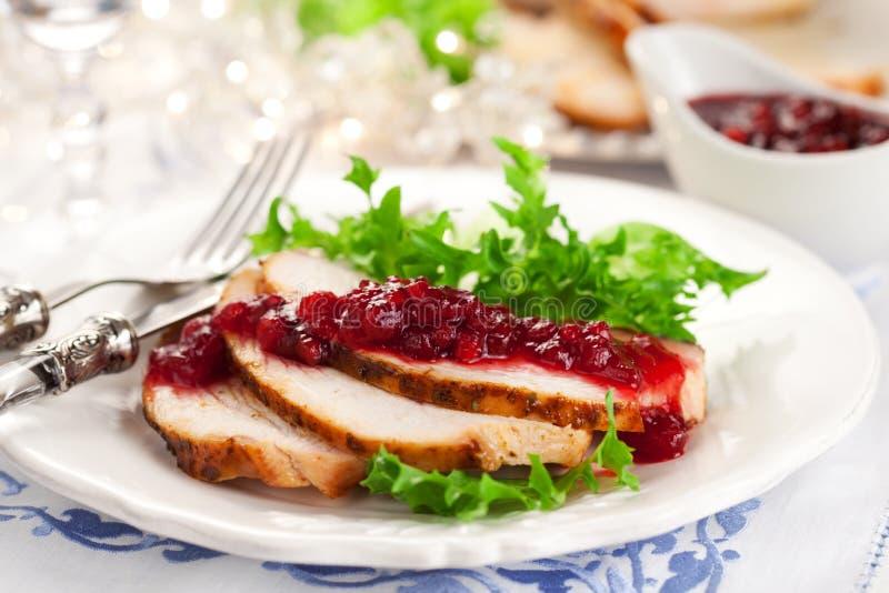 Sein de Turquie avec de la sauce à canneberge images stock