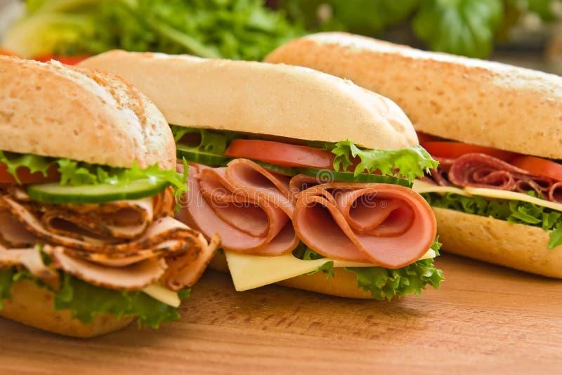 Sein de Turquie, jambon et Suisse et sandwichs à salami images stock