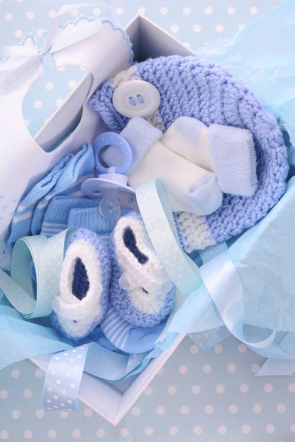 Sein eine Jungen-blaue Babyparty-Geschenkbox lizenzfreies stockbild