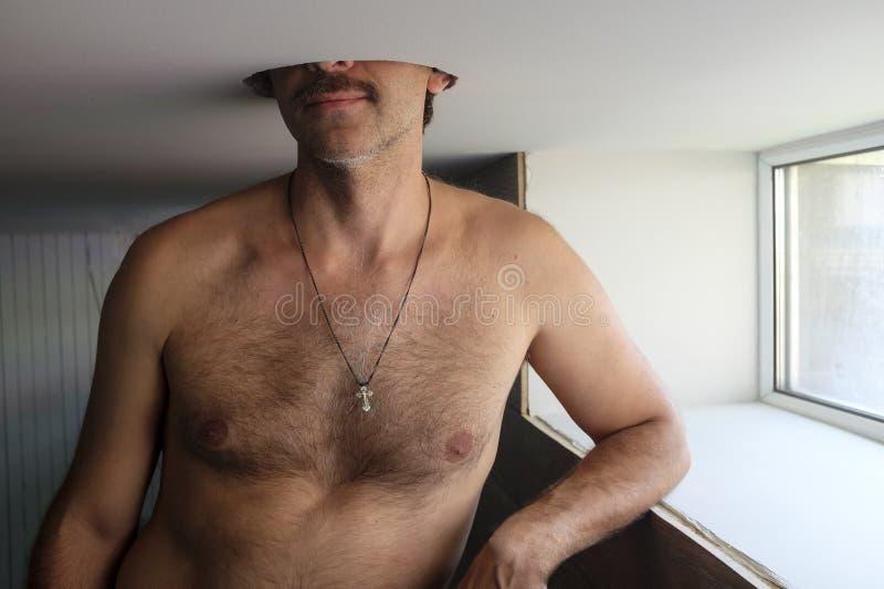 Sein Kopf in einem Loch in der Decke lizenzfreie stockbilder