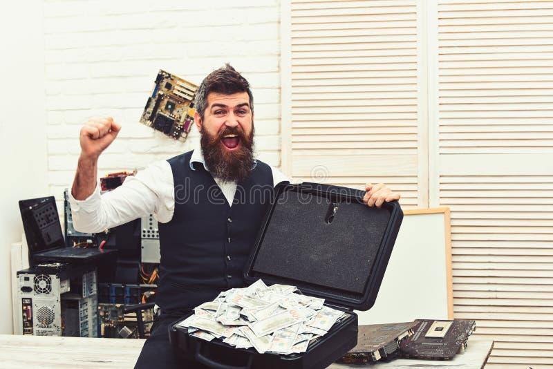 Sein a Reiches bemannt Welt Gesch?ftsmann mit Geldkasten im B?ro B?rtiger Mann mit Bargeld B?rtiger Hippie mit Dollar stockbilder