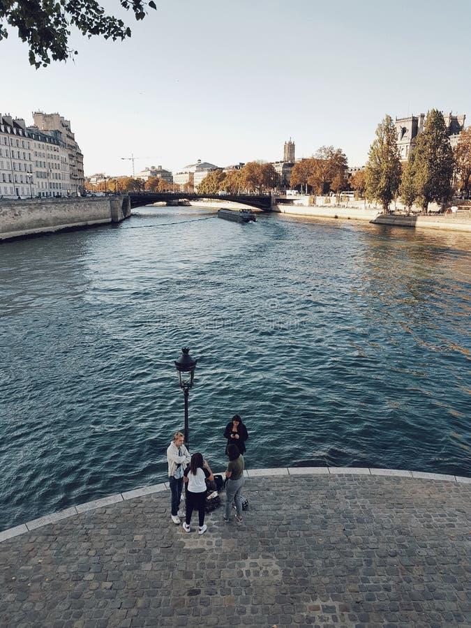 Seine för siktsofbtheflod från den St Louis ön, Paris royaltyfria foton