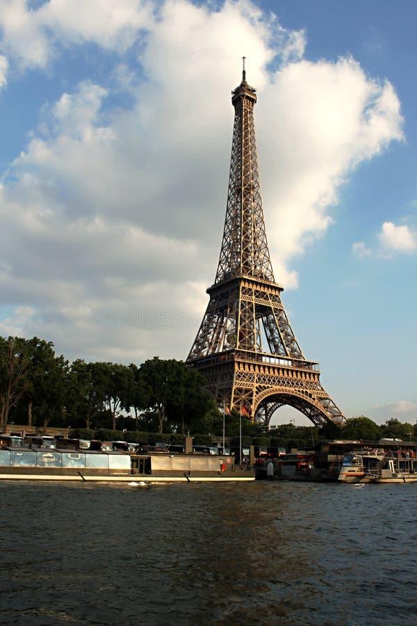 Seine i Paris med Eiffeltorn royaltyfri bild