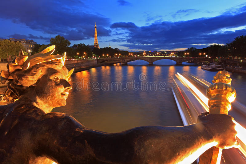 Seine River e ponte vista torre Eiffel de Alexandre III em Paris, França foto de stock royalty free