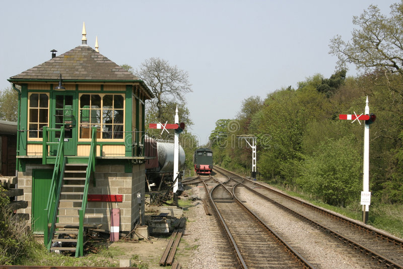 Seinhuisje en treinsporen stock fotografie