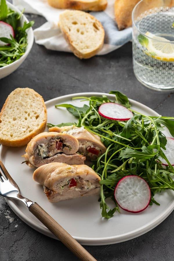 Seins de poulet rôti bourrés des champignons, de l'oignon vert, du poivre et de la salade fraîche garnie et de la salade de fusée photos libres de droits