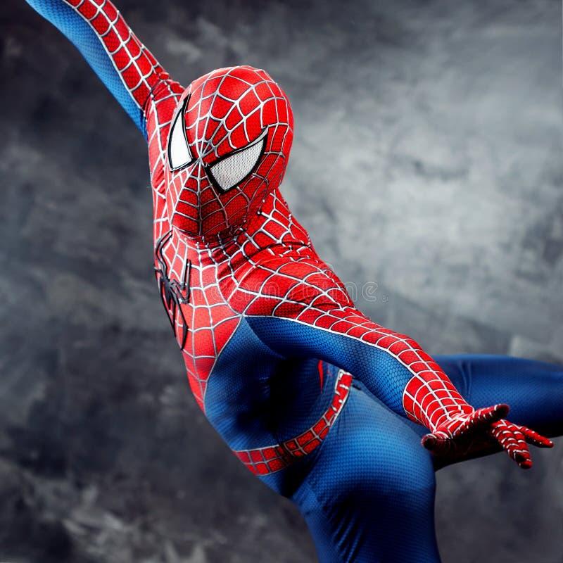 SEINT-PETERSBURG RYSSLAND - MAJ 21, 2016: Cosplayer klädde som Spiderman Närbild i flykten Komiker lurar i Ryssland arkivfoton