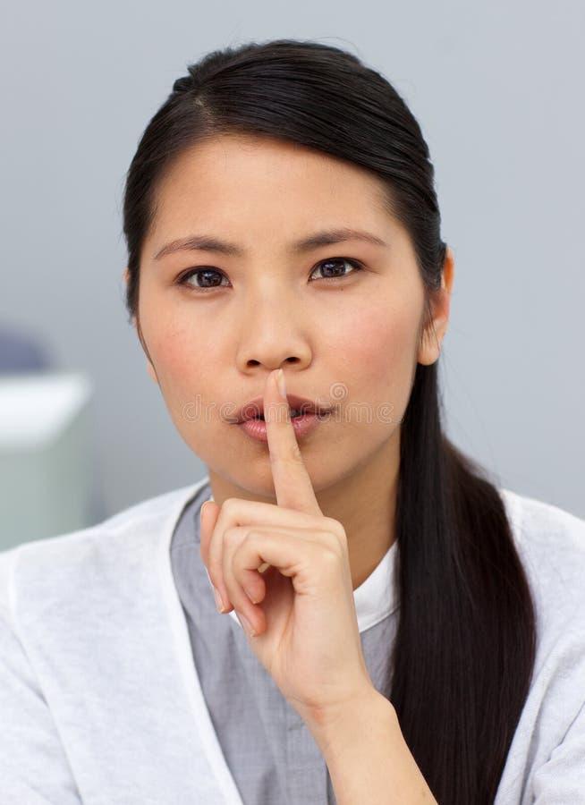 Seious asiatische Geschäftsfrau, die um Ruhe bittet lizenzfreie stockbilder
