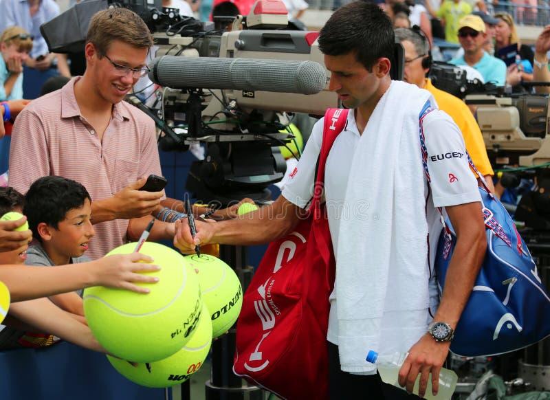 Seis autógrafos de firma de Novak Djokovic del campeón del Grand Slam de las épocas después del partido del US Open 2014 imágenes de archivo libres de regalías