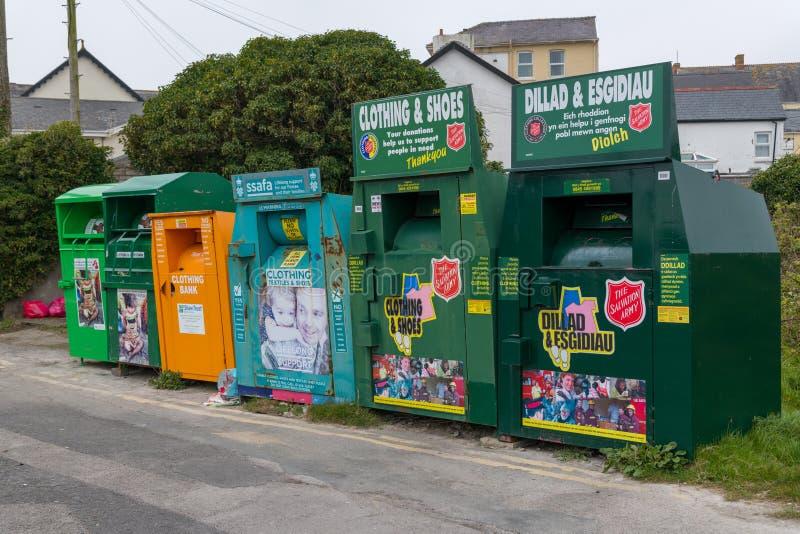 Seis bancos de la colección de la caridad en fila imagen de archivo