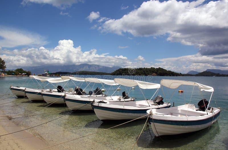 Seis barcos y un cielo hermoso fotos de archivo