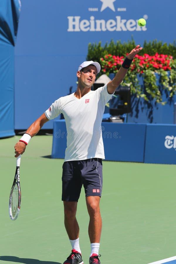 Seis campeões Novak Djokovic do grand slam das épocas praticam para o US Open 2014 fotografia de stock