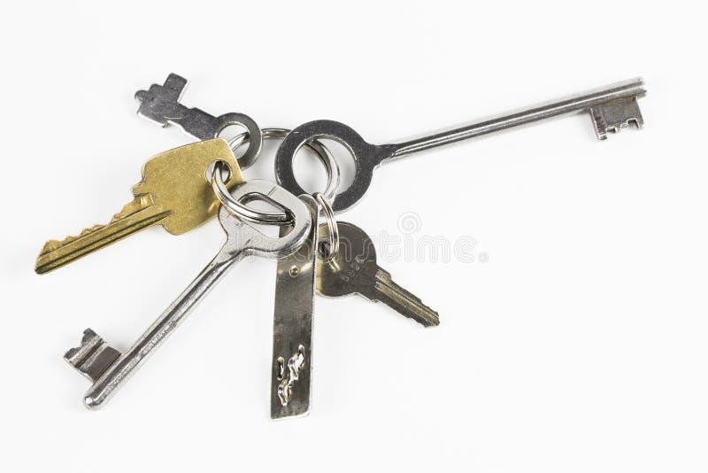Seis chaves do metal da forma diferente no fundo branco foto de stock