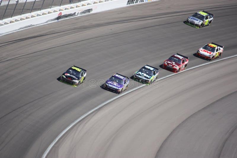 Seis coches alternadamente 4 de una raza de NASCAR en Las Vegas fotografía de archivo libre de regalías