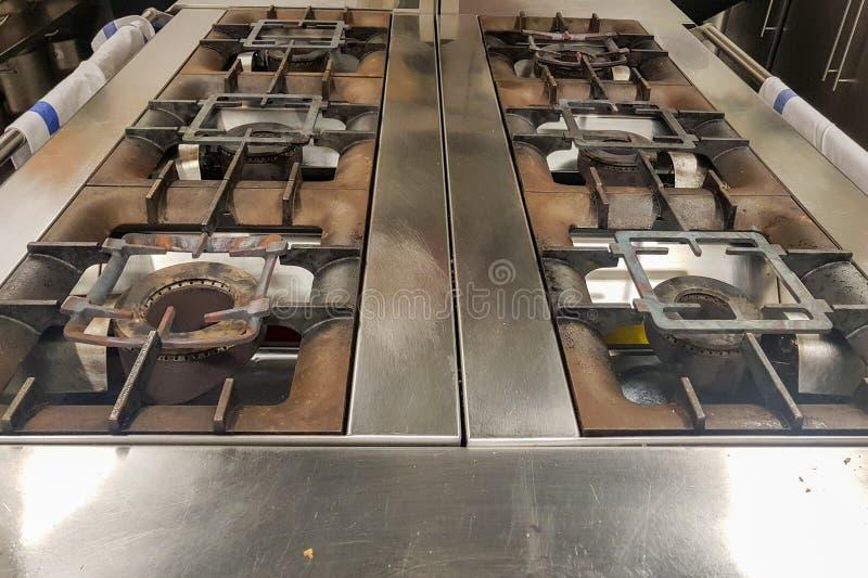 seis cocinas de gas de la hornilla en un restaurante profesional imágenes de archivo libres de regalías