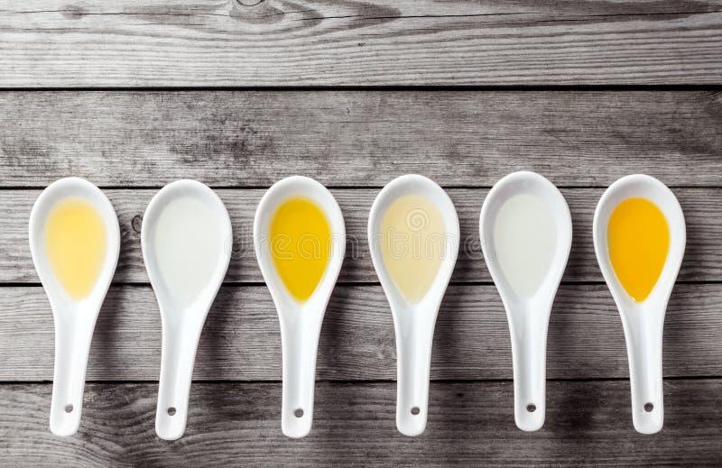 Seis colheres de sopa chinesas arranjadas horizontalmente foto de stock