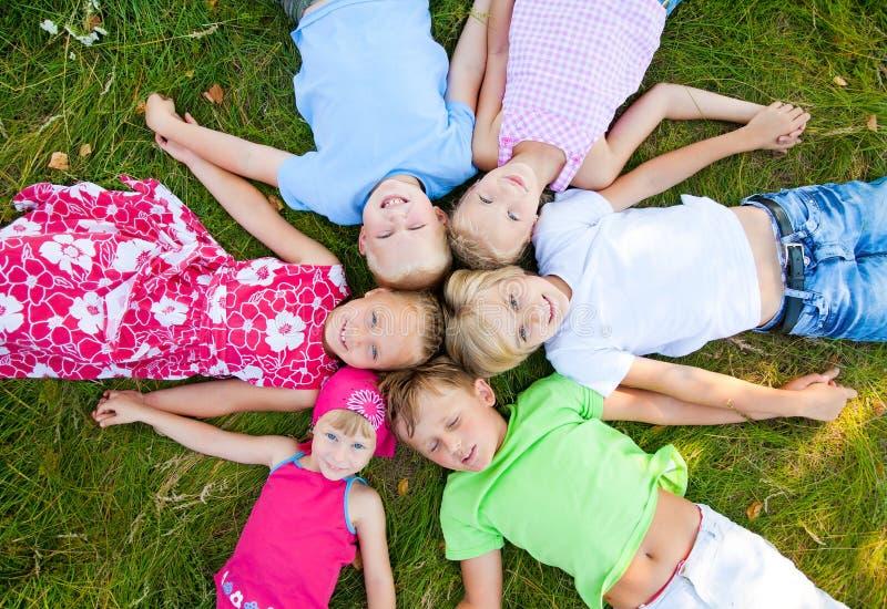 Seis crianças bonitos junto foto de stock