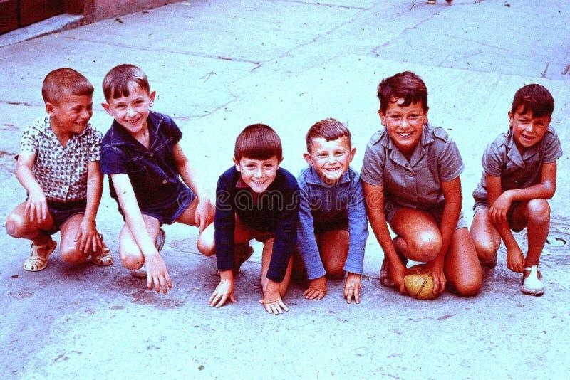 SEIS CRIANÇAS DE ORTIGUERA, ESPANHA QUE LEVANTA EM 1965 fotos de stock royalty free