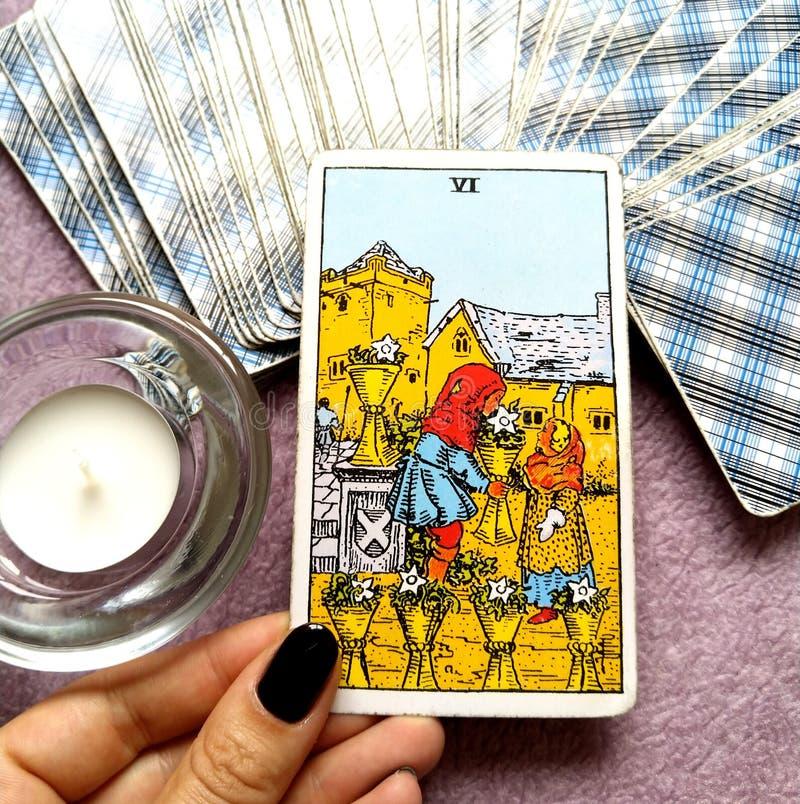 6 seis da segurança emocional do cartão de tarô dos copos que está sendo importada dando e recebendo a abertura que compartilha d fotografia de stock