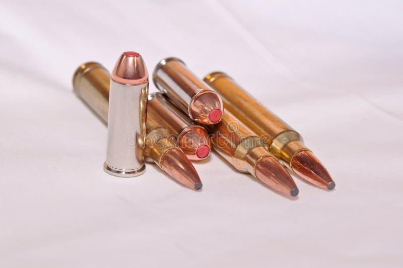 Seis diversas balas, a 300 botellas dobles de Winchester para un rifle y 44 specials para una arma de mano imagen de archivo