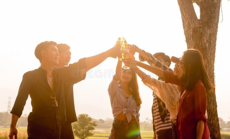 Seis empresários dos jovens que recolhem junto o brinde para o sucesso em b imagem de stock royalty free