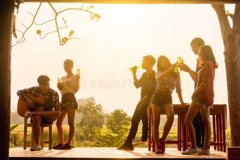 Seis empresários dos jovens que recolhem junto o brinde para o sucesso em b imagens de stock