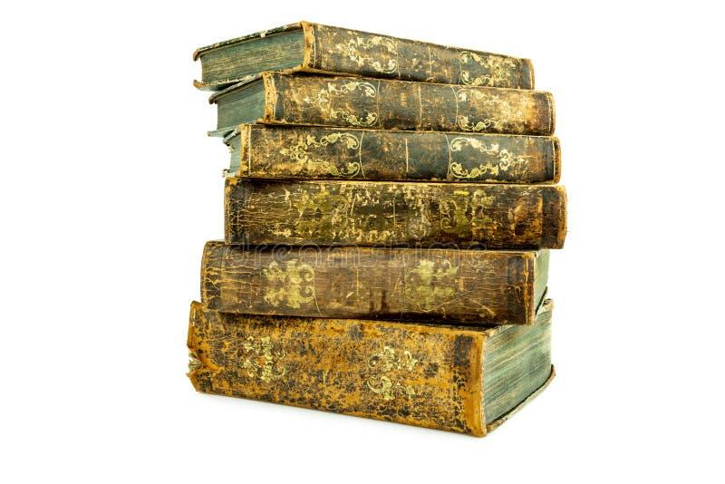 Seis envelheceram os livros de couro velhos antigos empilhados imagem de stock royalty free