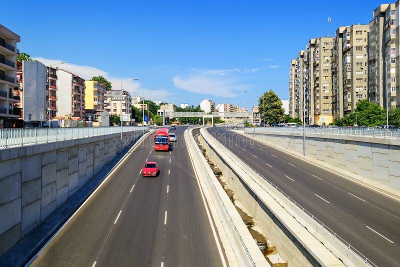 Seis estradas asfaltadas nova da pista com o esgoto da tempestade que impede inundando a estrada sob a ponte Arquitetura da cidad imagem de stock royalty free