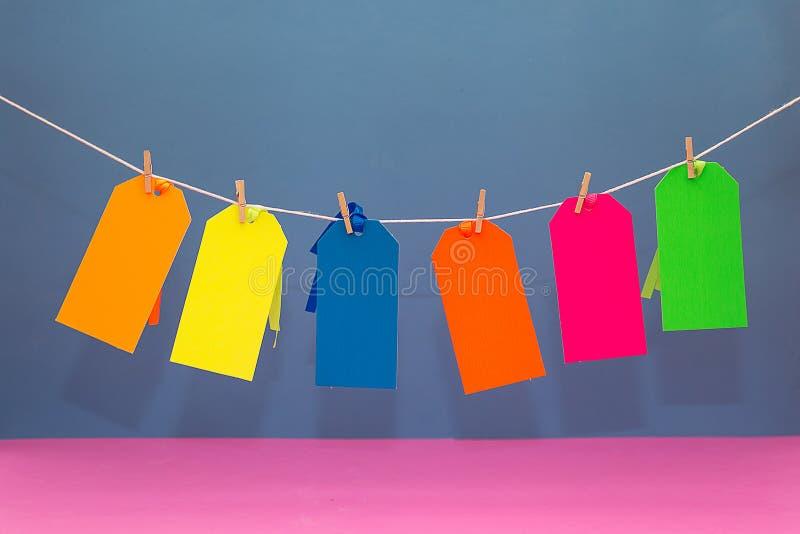 Seis etiquetas coloridas do cartão em uma corda imagem de stock