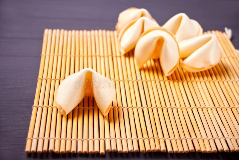 Seis galletas de la suerte chinas con la predicción en la tabla imagenes de archivo