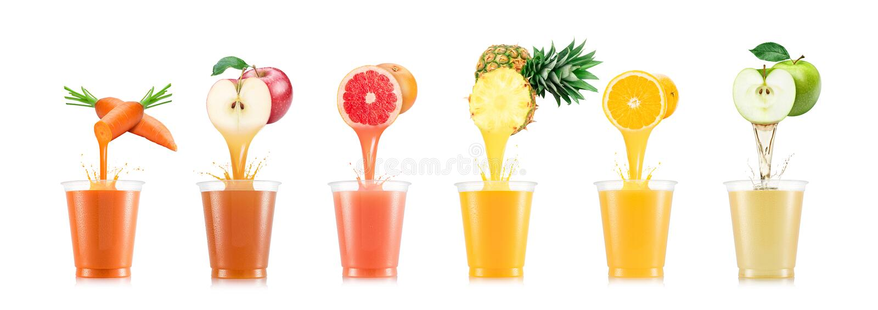 Seis gostos do suco que derramam no copo plástico do fruto imagens de stock