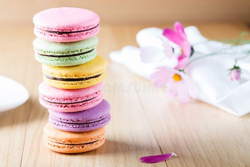 Seis macaron franceses coloridos foto de archivo