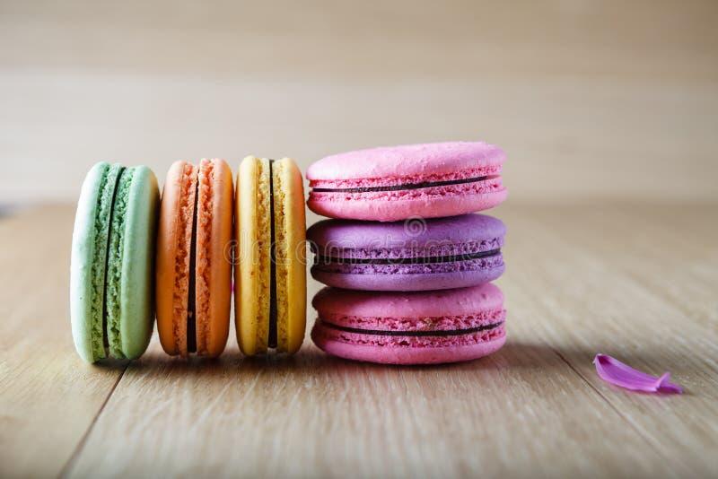 Seis macaron franceses coloridos de las galletas fotos de archivo libres de regalías