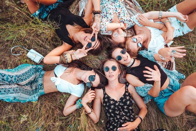 Seis mentiras de las muchachas en la hierba fotografía de archivo