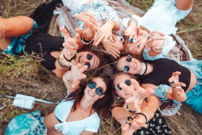Seis mentiras de las muchachas en la hierba imagen de archivo libre de regalías