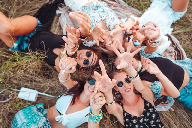 Seis mentiras de las muchachas en la hierba imagenes de archivo